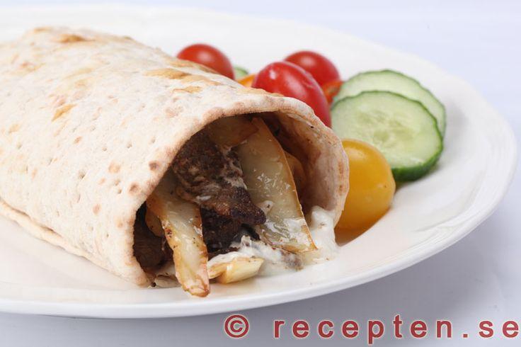 Kebabrulle - Kebabkryddad lövbiff, vitkål och vitlökssås i tunnbröd blir en god kebabrulle. Enkelt, gott. Bilder steg för steg.