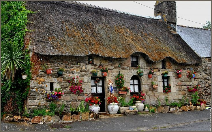 Facade maison bretonne french thatched cottages chaumieres pinterest - Entree bretonne typique ...