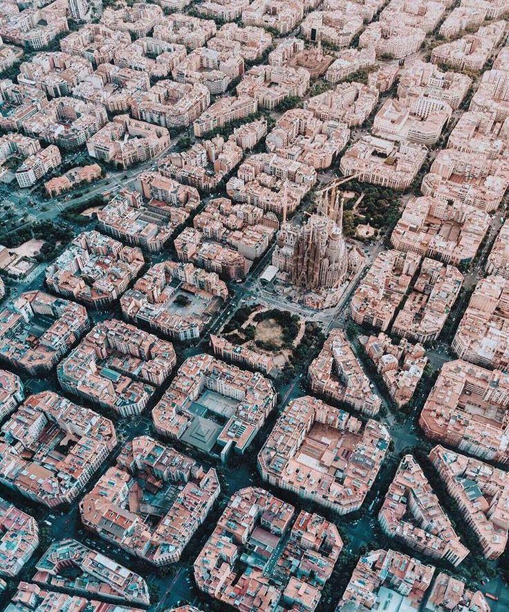Vista aérea del entorno de La Sagrada Familia. Antoni Gaudi.-   Barcelona, España.