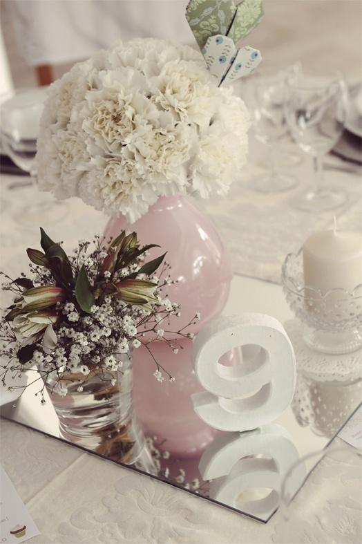 Table center with white carnations | Centro de mesa com cravos brancos