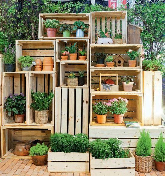 Leuk voor in de tuin of op het balkon, een kastje van opgestapelde houten kistjes. Zo krijg je vakjes die je kunt vullen met bloemen en tuindecoraties.