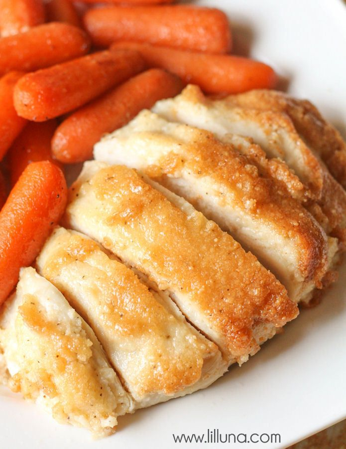 A delicious Parmesan Chicken Bake that is healthy, simple and takes little prep time. { lilluna.com } #chicken