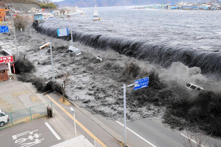 TSUNAMI NO JAPÃO (2011) Um terremoto de magnitude 9.1 na escala Ricther provocou um tsunami mortal que varreu a costa do Japão no dia 11 de março de 2011, matando mais de 18 mil pessoas. O tsunami também levou ao desastre do complexo de Fukushima Daiichi, que levou à evacuação da região da usina e afetou milhares de pessoas.