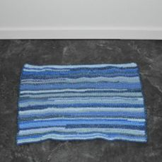 chrochet rug made with cotton yarn and an old T-shirt inside