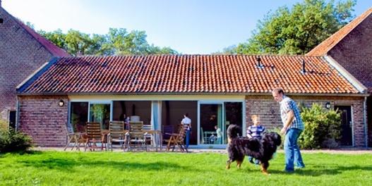 Limburg-Kloosterhof - Deze authentieke Limburgse carréhoeve (12 pers) ligt vlak naast een klooster. De sfeervolle hoeve bestaat uit een woondeel en een stalvleugel, via een grote binnenplaats met elkaar verbonden. Wel langer van de voren boeken want Staatsbosbeheer huizen zijn vaak populaire.
