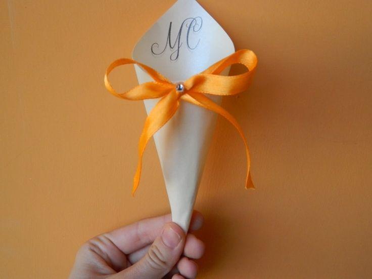 Oggi proponiamo un nuovo fai da te, questa volta per realizzare dei fantastici coni portariso! Potrete utilizzarli anche come portaconfetti o come contenitori per i petali, a voi la scelta! Vediamo insieme come farli!