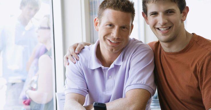Regalos de aniversario para hombres gays. Ya sea que hayan sido pareja por 1 o 20 años, un aniversario para una pareja homosexual marca un hito en la relación digno de celebrarse. Si buscas un regalo para tu ser amado o quieres honrar a una pareja amiga, considera artículos que reflejen sus intereses y personalidades.