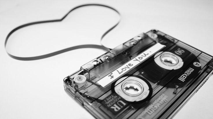 Στ' αυτιά μου φοράω ακουστικά, ακούω κάποιο ερασιτεχνικό, ίσως πειρατικό, σταθμό που παίζει -τι άλλο;- ερωτικά τραγούδια.…