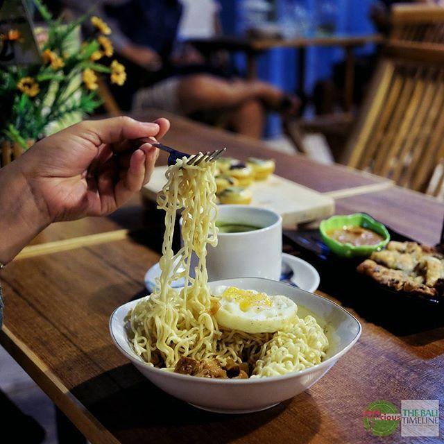 Food Blog Bali  #Food: Indomie Harta Karun #Delicious: 3/5 #Foodcious: selain namanya yang unik rasanya juga punya keunikan dibandingkan menu mie instant pada umumnya yaitu ada harta karun nya potongan-potongan daging babi dengan bumbu khusus.    @warungnongsis  Rp 16k (telor  Rp 3k)  Jl. Teuku Umar (dekat perempatan Pulau Batanta)    #Indomie #babi
