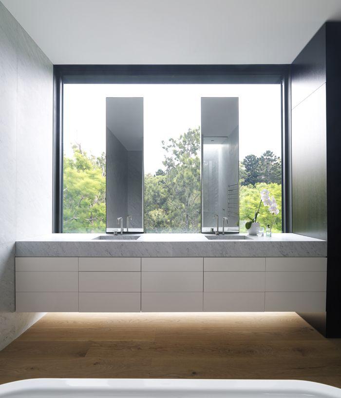 Salle de bain avec vue sur la nature, miroirs, meuble vasques suspendu | bathroom, mirror, washbasin cabinet