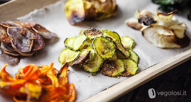 Le chips di verdure al forno sono uno snack sfizioso perfetto per una serata tra amici o da gustare comodamente sul divano davanti a un film