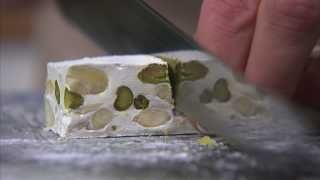 Blød fransk nougat er lækker hjemmelavet slik, som både børn og voksne kan lide. Tag børnene med i køkkenet og lav Mette blomsterbergs nemme opskrift nu. Uhm.