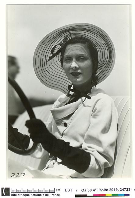 L'actrice Arletty (1898-1991) portant un chapeau Suzanne Talbot au concours d'élégance automobile à Bagatelle, 15 Juin 1934, Séeberger