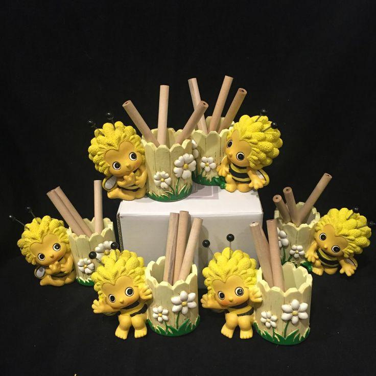 Occasione: 10 simpaticissimi porta matite a forma di ape in resina colorata in giallo e nero è marchiata Margot. E' una splendida bomboniera per Battesimo e Comunione. E' assortita nelle 3 posizioni. Misura 8,5X4X6,5 cm. Codice QMA39
