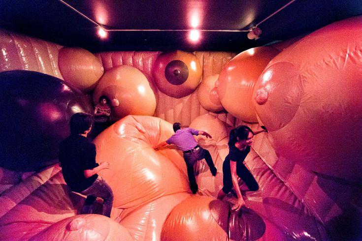 """Picture of visitors walking through an exhibit at the Museum of Sex in New York City, New York  Die Besucher werden in der Bouncy Castle of Brüste während der Ausstellung """"Funland: Pleasures and Perils of the Erotic Fairground"""" in New York City hübsch."""