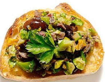La bruschetta alle olive con i pistacchi è un tipico antipasto della cucina pugliese. Fondamentale è la scelta dell'olio extra vergine di oliva. Ottima se preparata con il tipico pane casereccio pugliese e toscano.