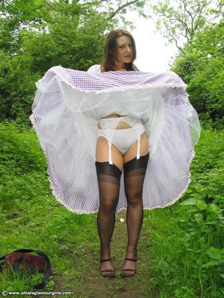 тетки с задранными юбками видео