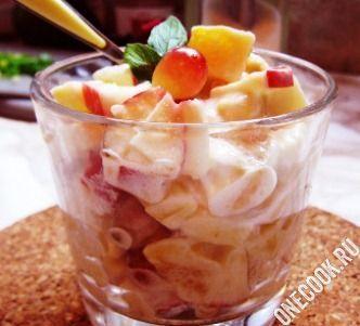 фруктовый десерт с мороженым