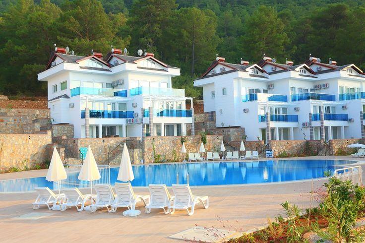 Турция -  продаются прекрасные новые апартаменты в Оваджике, пригороде Фетхие    Апартаменты трехуровневые полностью меблированы, площадью 120 м2, жилой 90 м2, с двумя спальными и ванными комнатами, гостиной с оборудованной кухонной зоной, двумя террасами, кладовкой и закрепленным парковочным местом. Комнаты оборудованы кондиционерами. Цена: € 125000  #недвижимостьвтурции, #квартиравтурции, #апартаментывтурции, #виллавтурции, #недвижимостьуморя