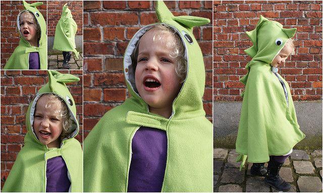 Simpel patroon: maak van een (Ikea) fleece deken een verkleed-cape of carnavals outfit voor je kleuter.