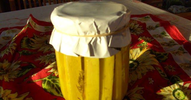 Ingredientes:  Queso curado de vaca o cabra 1Ramita de romero 1Hoja de laurel 3Granos de pimienta negra  Elaboración:  Hay varias formas de poner el queso en aceite. Si se trata de un buen queso manchego curado y quieres guardarlo en tacos o bien entiras en aceite debes tener un orza olla de barro o tarro de cristal primero debes limpiar bien la corteza cortas como tu quieras lo cubres de aceite de oliva de buena calidad y le añades el resto de los ingredientes lo tapas lo dejas que no le de…