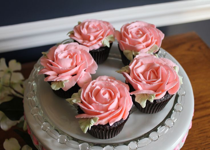 Cake Decorated With Piped Roses : 17 Best images about Buttercream on Pinterest Tulip ...