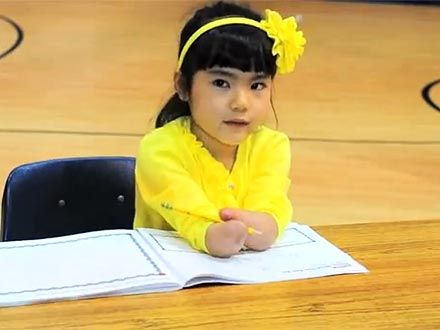 Annie Clark, a seven-year-old who doesn't have hands, wins a penmanship award. Read more: http://www.people.com/people/article/0,,20589127,00.htmlLittle Girls, Annie Clark, Heart Melter, Penmanship Awards, 7 Years Old, Win Penmanship, Clark Beats, Languages Art, Hands Win
