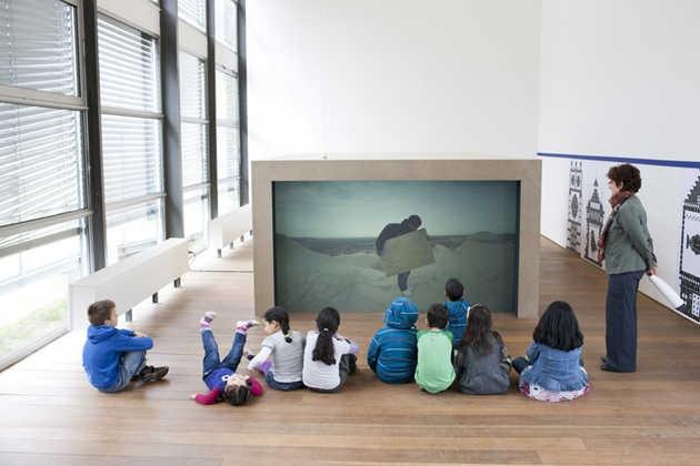 Scholieren voor Kop in de Wind (2011) van Sebastian Diaz Morales in Grote Kunst voor Kleine Mensen.©Jordi Huisman, Museum De Paviljoens.