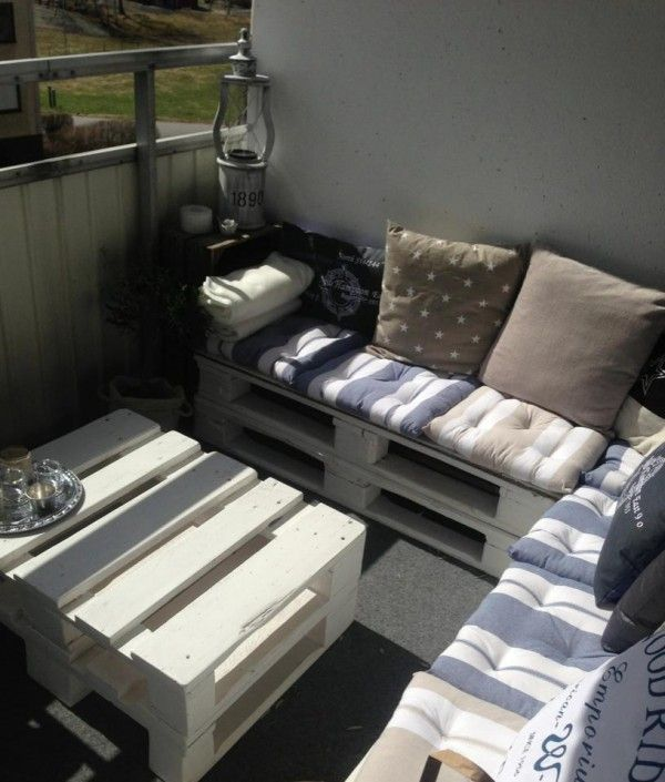Pallets really suit small spaces too ! Perfect example with this balcony lounge. Idea sent by Emilia Ljung