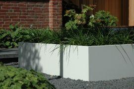 Grote witte plantenbak van aluminium, geplaatst in basalt split wat voor een geweldige kleuren combinatie zorgt.  Aluminium plantenbakken zijn in alle RAL kleuren leverbaar in onze webshop http://www.hettuinleven.com/c-2129436/aluminium/