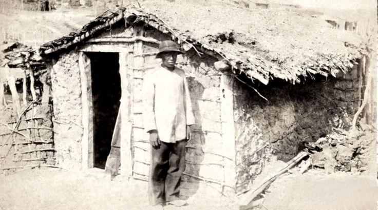 Conselheirista posa para foto junto a uma típica moradia dos seguidores de Conselheiro no Arraial de Belo Monte, 1897 (Flávio de Barros/Acervo Museu da República).
