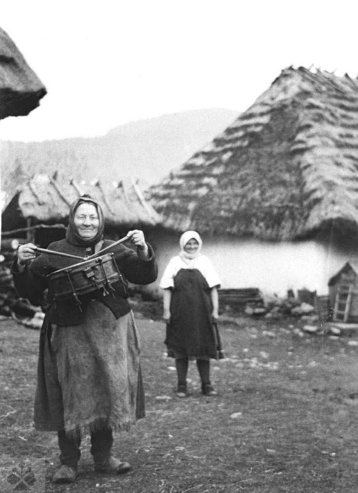 'Local drummer' Žena vo funkcii miestneho bubeníka. Turie Pole (okr. Zvolen), 1958. Archív negatívov Ústavu etnológie SAV v Bratislave. Foto: S. Kovačevičová