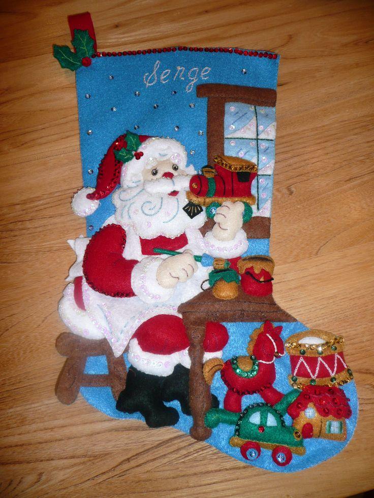 Bas de Noël  Bas de Noël Méthode de fabrication : Broderie  et couture à la main. Matériels utilisés : feutrine, fil à broder, bourre synthétique, paillettes et sequins.