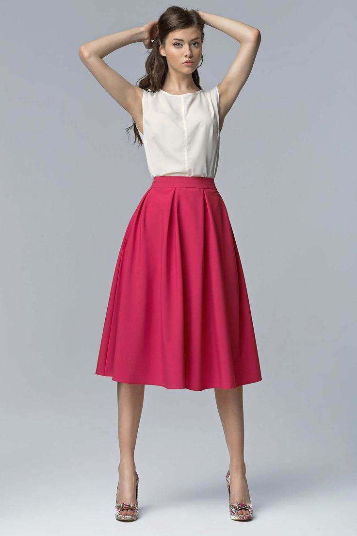 Inspirée de l'élégance parisienne des années 50 et du style Dolce Vita de Milan, cette jupe midi, plissée délivre une allure chic et très actuelle.