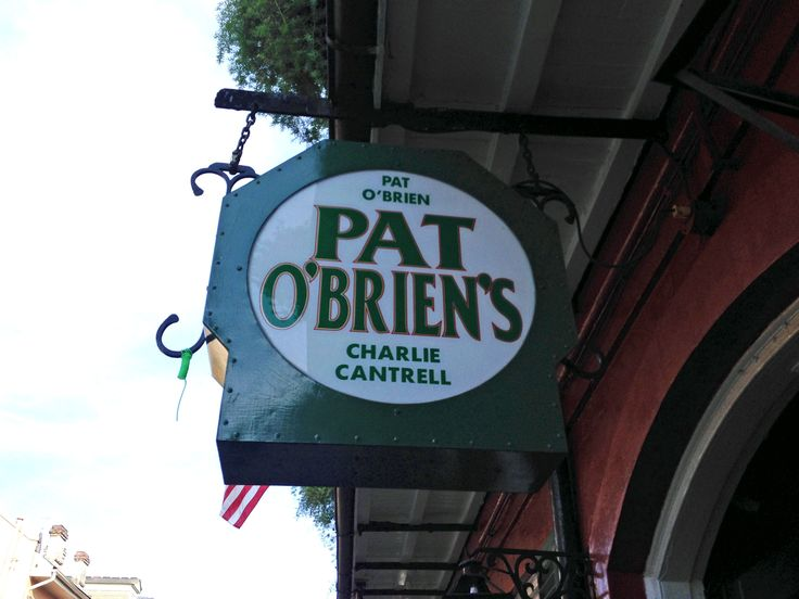 New Orleans. Pat O'Brien's Bar är hem för orkanen, the hurricane cocktail.
