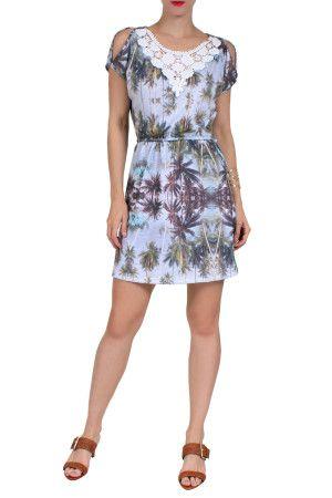 Vestido soltinho de malha flamê leve e confortável, com aplicação de renda no decote da frente. Amarração na cintura e fenda no ombro.