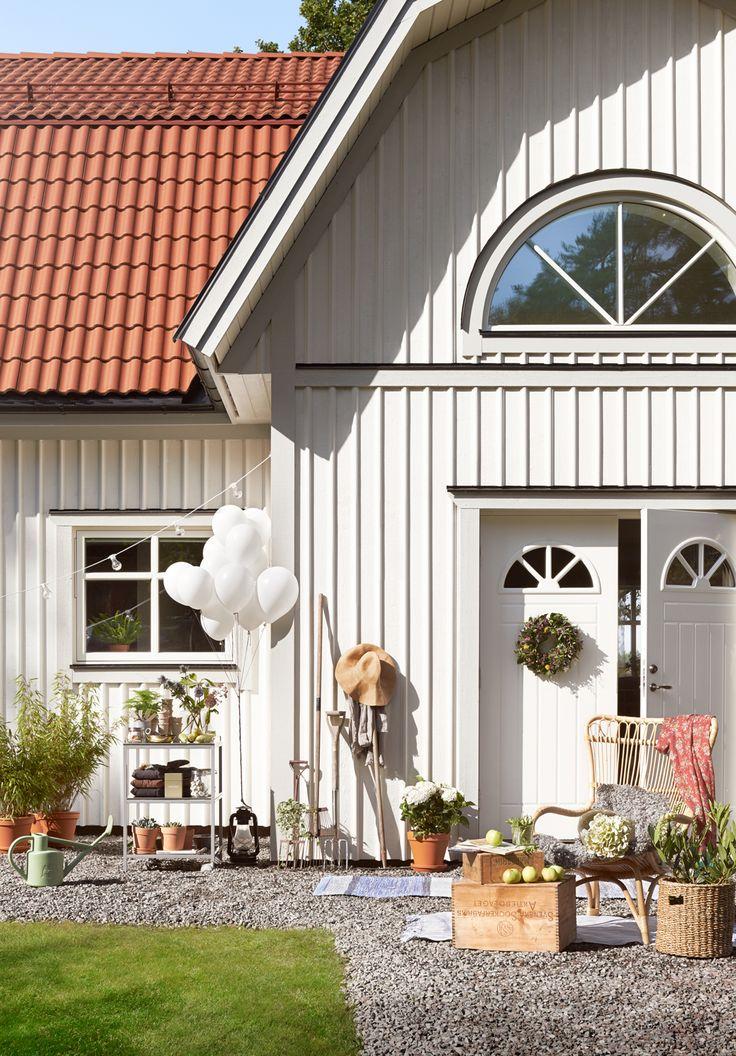 Även en traditionell lantlig fasad med granpanel och lockläkt kan vara modern…