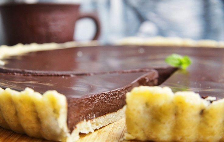 Невероятно вкусный шоколадный пирог 🍩  Ингредиенты:  Сливочное масло — 250 г Сахарный песок — 50 г Молоко — 3 ст. л.  Мука — 150 г Жирные сливки — 600 мл Шоколад — 420 г Белки — 4 шт. Яйца — 2 шт. Соль — по вкусу  Приготовление:  1. Разогрейте духовку до 180°C. 2. Нарежьте холодное масло кубиками (100 г), добавьте к нему сахар, молоко и щепотку соли. Всыпьте муку и замесите однородное тесто. 3. Просыпьте на стол горсть муки и раскатайте тесто в тонкий пласт. Плотно уложите его в форму для…