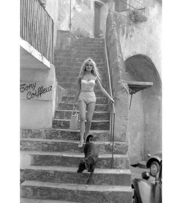 Brigitte Bardot déambulant pieds nus dans les ruelles de pierre, Roger Vadim séducteur à la terrasse du Sénéquier, Jack Nicholson sur sa mobylette fonçant à toute allure sur les hauteurs, Françoise Sagan songeuse au bord de la mer... Des stars qui ont façonné le mythe de Saint-Tropez capturés par le photographe Willy Rizzo qui nous raconte, à travers ses photos magnétiques, la belle histoire du simple village de pêcheurs devenu repère d'une jeunesse dorée, de 1949 à nos jours...