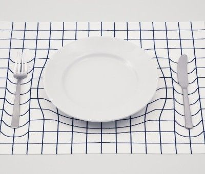Le studio de design japonais A.P WORKS a transformé cette « toile » en une illusion d'optique fantastique et ingénieuse. Appelé Trick Mat, chaque set s'appuie sur des distorsions graphiques faisant passer l'assiette et les couverts pour des objets massifs qui déforment les lignes. Pour le moment, Trick Mat n'est qu'un prototype, il n'est pas encore en vente, mais ça ne serait tarder…