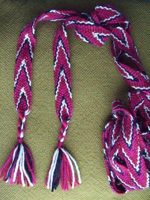 Flettede bånd kan man bruke til så mangt, både til tradisjonelle klesdrakter ogi enmer moderne sammenheng. Disse båndene får nok et typisk...