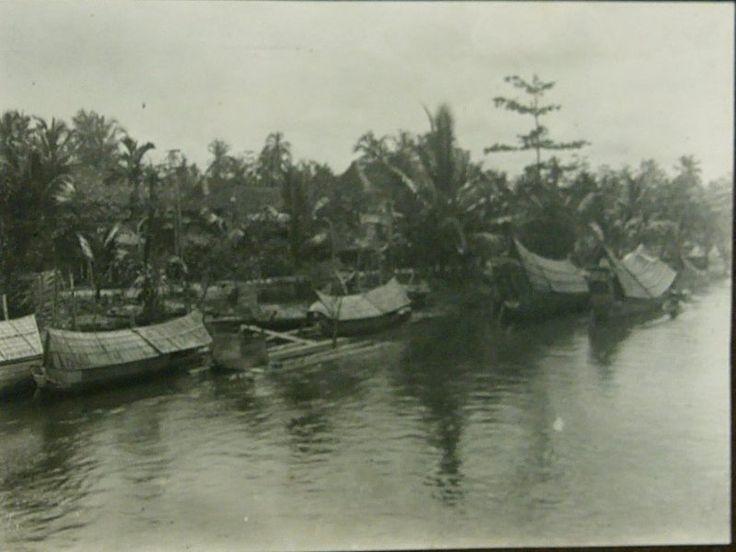 Woonprauwen op de Komering bij Kajoeagoeng, Zuid Sumatra 1920-1922.