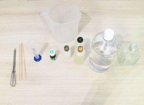 Anote aí do que você irá precisar: frascos de vidro ou plástico, um litro de veículo (antigo álcool de cereais), 200 ml de essência, 10 ml fixador, corante, dosador e palitos de madeira.