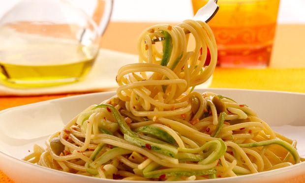Espaguete alho e óleo com abobrinhas
