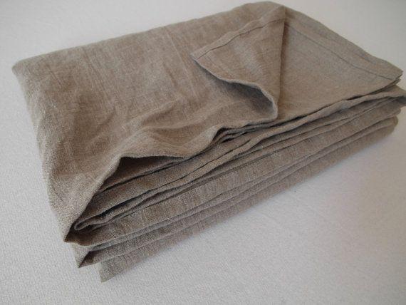 Vielseitig einsetzbares Allrounder Tuch: Bettlaken - Überwurf - Plaid - Stranddecke - Saunatuch - Tischdecke und vieles mehr. Dieses Tuch ist aus dicht gewebtem, leichtem, dünnem Reinleinenstoff angefertigt worden. Vorgewaschen, deshalb ist er weich geworden und läuft nicht mehr ein beim Waschen. Sie sparen auch Ihre kostbare Zeit: Am besten sieht das Leinen-Laken ungebügelt aus. 100% Naturleinen Stonewashed Farbe natur Größe ca. 200 x 146 cm Pflegehinweis: Maschinenwäsche 40 Grad, bügelf...