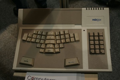 Unusual keyboard for high-speed typing, requiring a long training period. The model is from about 1989. It connects to the keyboard port of a PC/AT using a special adapter cable.