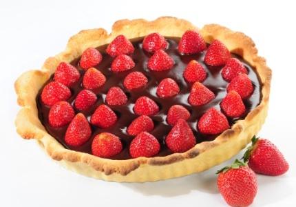 Ciasto czekoladowe z truskawkami. Kliknij w zdjęcie, aby poznać przepis. #ciasta #ciasto #desery #wypieki #cakes #cake #pastries