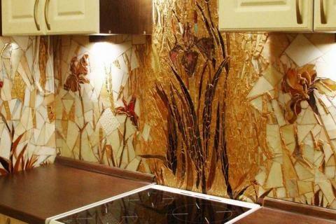 Мозаика в виде цветов ириса на кухне