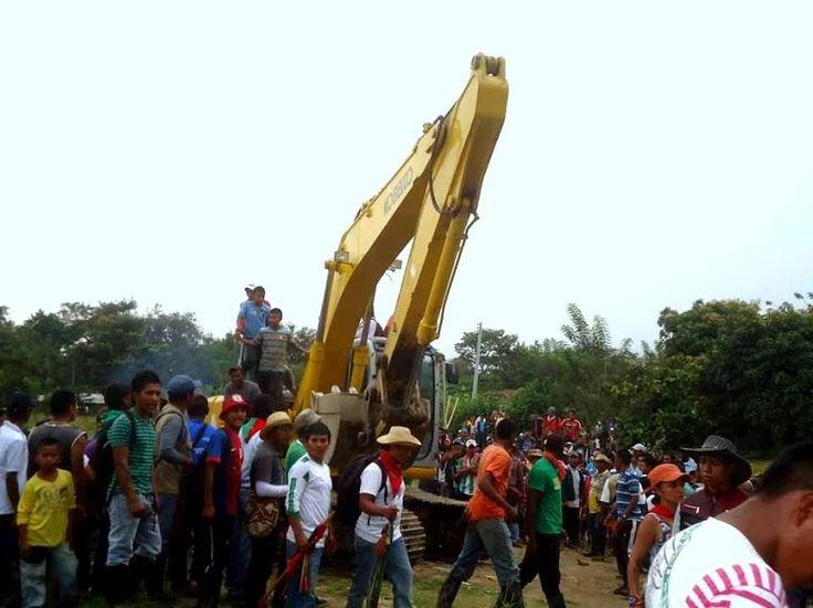 Foto Tejido de Comunicación Acin: Pueblo Nasa sacando las maquinarias que contaminaban el rio Palo en municipios de Coloto Cauca