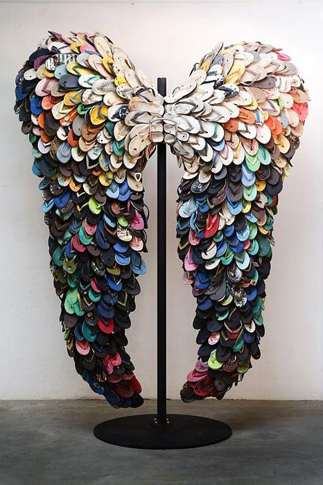 Alfredo and Isabel Aquilizan, Last Flight, 2009   Used rubber slippers サンダルで出来た翼。驚き!